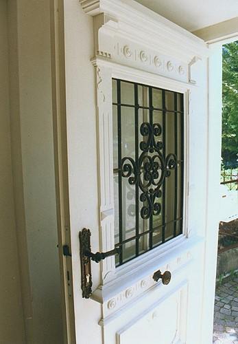 restaurierte und wieder eingebaute historische haust r sicherheit geht vor. Black Bedroom Furniture Sets. Home Design Ideas