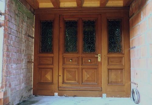 restaurierte und wieder eingebaute historische haust r doppelte breite. Black Bedroom Furniture Sets. Home Design Ideas