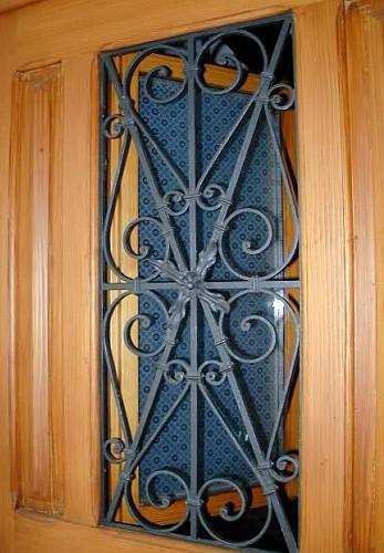 restaurierte und wieder eingebaute historische haust r farblich gefa te t r mit fensterfl gel. Black Bedroom Furniture Sets. Home Design Ideas