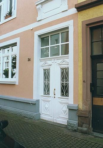restaurierte und wieder eingebaute historische haust r portal in st dtischer umgebung. Black Bedroom Furniture Sets. Home Design Ideas