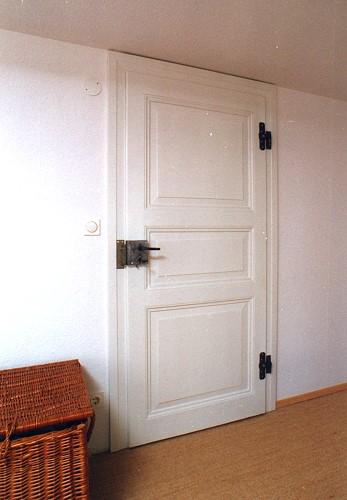 restaurierte und wieder eingebaute historische zimmert r wei gestrichen mit schwarzen. Black Bedroom Furniture Sets. Home Design Ideas