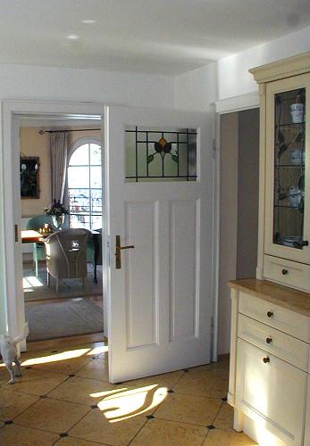 restaurierte und wieder eingebaute historische zimmert r mit jugendstil bleiverglasung. Black Bedroom Furniture Sets. Home Design Ideas