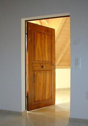 restaurierte und wieder eingebaute historische zimmert r aus nu baum. Black Bedroom Furniture Sets. Home Design Ideas
