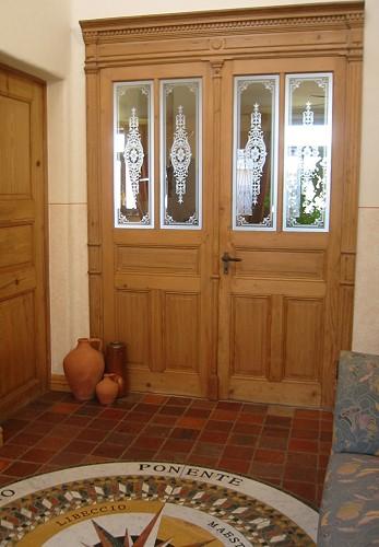 restaurierte und wieder eingebaute zweifl gelige historische zimmert r mit musselinglasscheiben. Black Bedroom Furniture Sets. Home Design Ideas