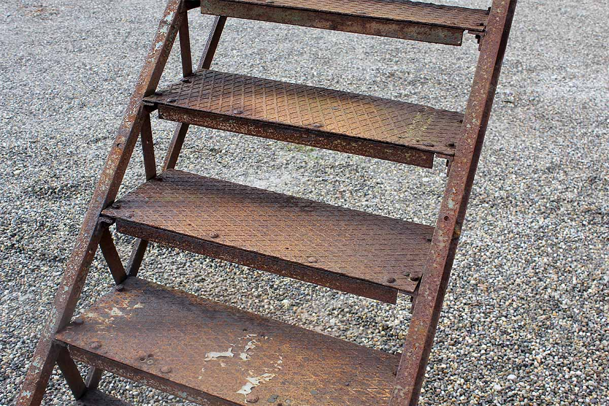 hohe und steile eisentreppe ein angebot aus der rubrik treppen und treppenteile aus holz. Black Bedroom Furniture Sets. Home Design Ideas