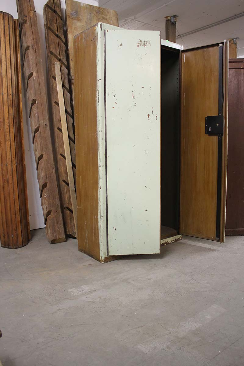 solider metallschrank mit schl ssel ein angebot aus der rubrik mobiliar f r innen und au en. Black Bedroom Furniture Sets. Home Design Ideas