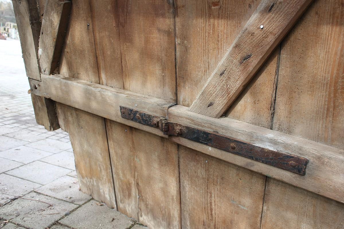 gro es holztor mit schlupft r ein angebot aus der rubrik historische tore und portale von. Black Bedroom Furniture Sets. Home Design Ideas