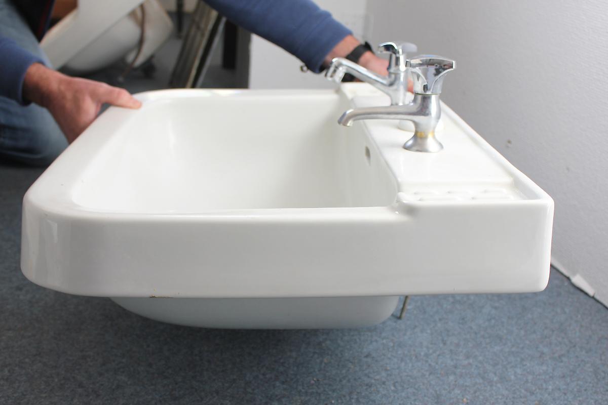 sch nes waschbecken mit runden ecken ein angebot aus der rubrik waschbecken von florian. Black Bedroom Furniture Sets. Home Design Ideas