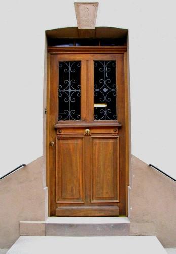 restaurierte und wieder eingebaute historische haust r geheilte baus nde und anprobe der t r. Black Bedroom Furniture Sets. Home Design Ideas