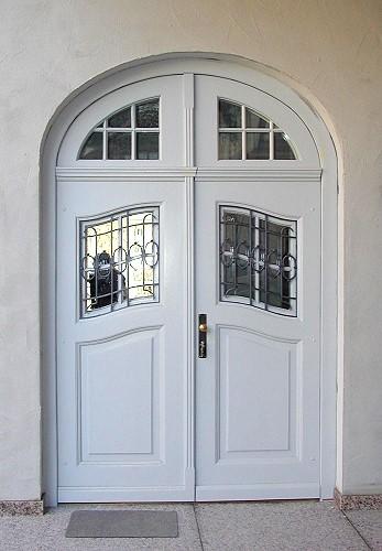 Schöne türen  Restaurierte und wieder eingebaute zweiflügelige historische Haustür