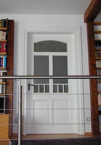 restaurierte und wieder eingebaute historische wohnungseingangst r als zimmert r. Black Bedroom Furniture Sets. Home Design Ideas