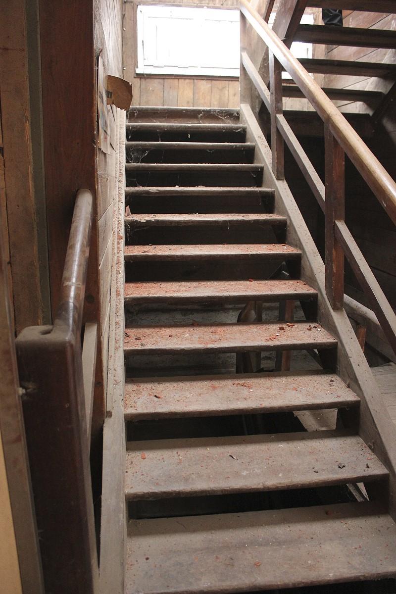 luftige treppe ohne setzstufen ein angebot aus der rubrik treppen und treppenteile aus holz. Black Bedroom Furniture Sets. Home Design Ideas