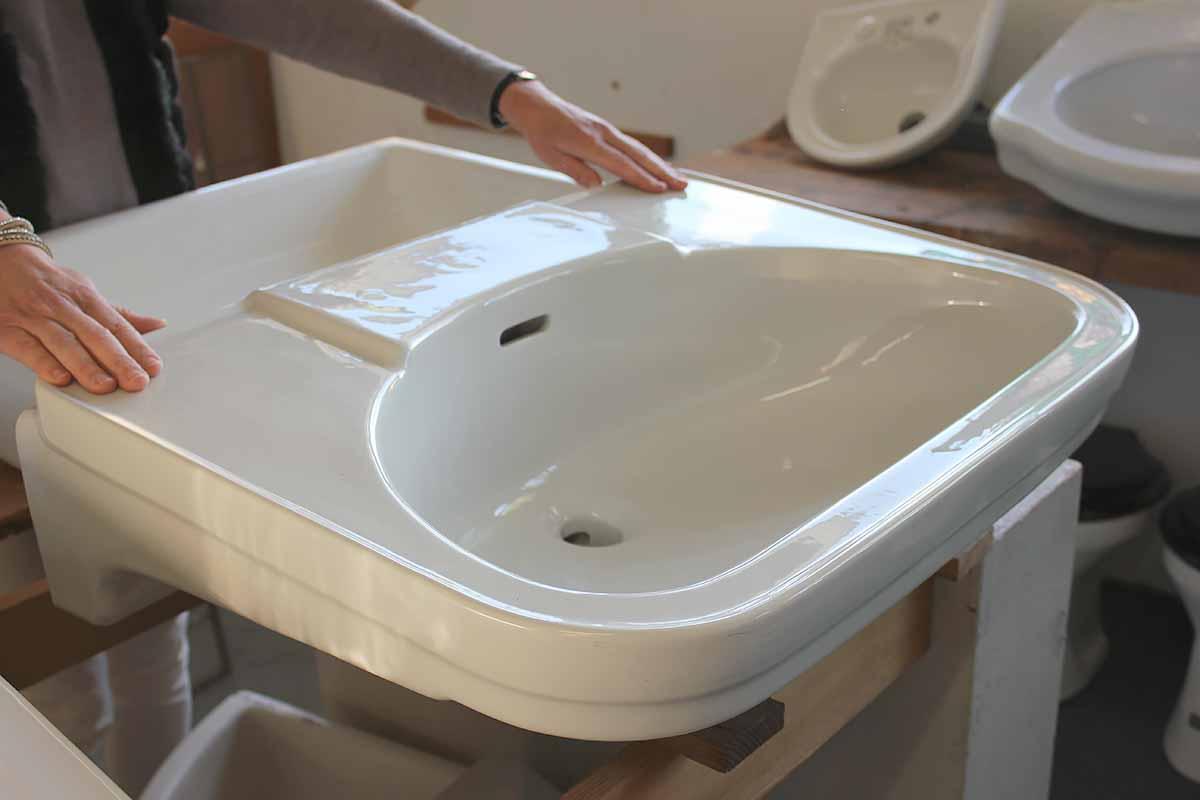sehr gut erhaltenes waschbecken ein angebot aus der rubrik waschbecken von florian. Black Bedroom Furniture Sets. Home Design Ideas